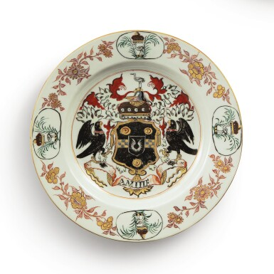 A CHINESE EXPORT ARMORIAL PLATE, QING DYNASTY, KANGXI PERIOD, CIRCA 1720