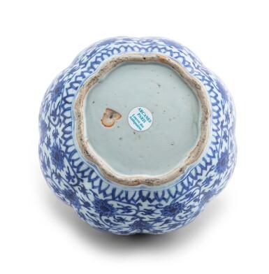 View 4. Thumbnail of Lot 16. Vase lobé bleu blanc à décor de lotus Dynastie Ming, époque Jiajing   明嘉靖 青花纏枝蓮紋瓜棱式罐   A lobed blue and white 'lotus' vase, Ming Dynasty, Jiajing period.