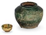 VASE À GLAÇURE VERTE ET COUPE À VIN À GLAÇURE SANCAI DYNASTIE TANG   唐 綠釉陶罐 及 唐 三彩陶盃   A green-glazed jar and a sancai-glazed wine cup, Tang Dynasty
