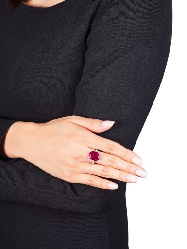 View 3. Thumbnail of Lot 1740. Cartier   Ruby and Diamond Ring   卡地亞   9.10克拉 天然「緬甸」紅寶石 配 鑽石 戒指.