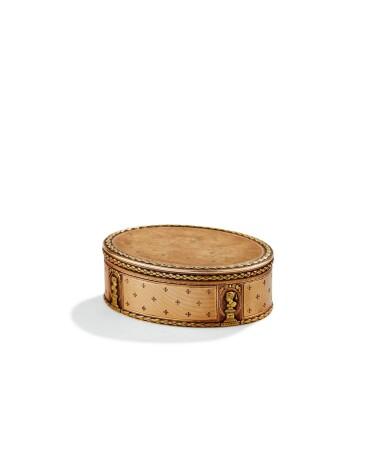 AN OVAL GOLD BOX, PROBABLY HANAU, CIRCA 1800 AND A SMALL RECTANGULAR TWO-COLOUR GOLD BOX, FRANCE, CIRCA 1840 | BOITE OVALE EN OR, PROBABLEMENT HANAU, VERS 1800 ET PETITE BOITE RECTANGULAIRE EN OR DE DEUX COULEURS, FRANCE, VERS 1840