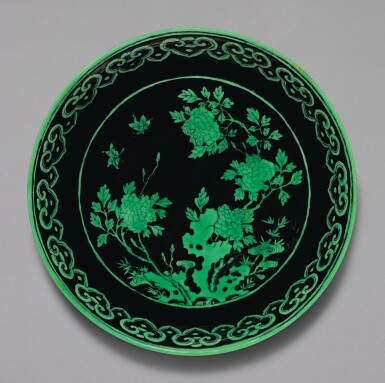 A BLACK-GROUND GREEN-ENAMELLED 'BUTTERFLY AND FLOWER' DISH, QIANLONG SEAL MARK AND PERIOD | 清乾隆 黑地綠彩蝶戀花紋盤 《大清乾隆年製》款