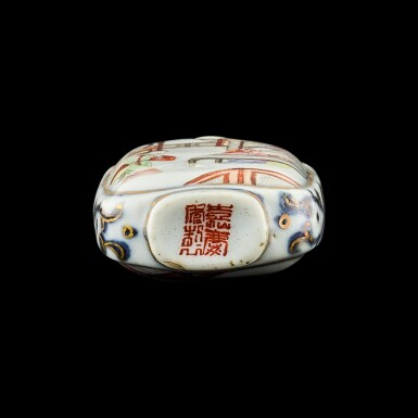 View 3. Thumbnail of Lot 1040. A famille-rose porcelain 'Romance of the West Chamber' snuff bottle Seal mark and period of Jiaqing | 清嘉慶 青花描金粉彩西廂人物圖鼻煙壺 《嘉慶年製》款.