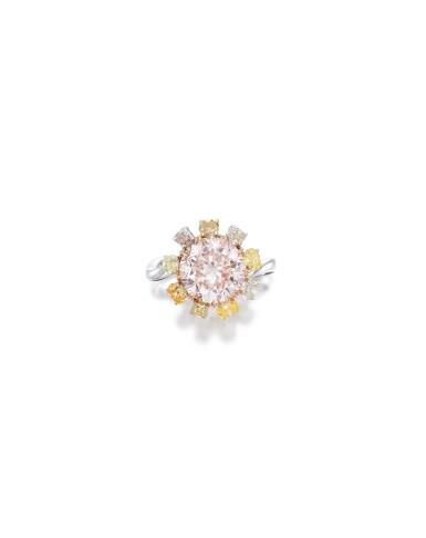 View 2. Thumbnail of Lot 1751. A VERY RARE FANCY PINK DIAMOND, COLOURED DIAMOND AND DIAMOND RING | 非常罕有 3.64卡拉 彩粉紅色 內部無瑕(IF)鑽石 配 彩色鑽石 及 鑽石 戒指.