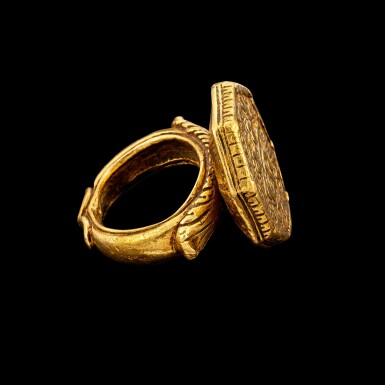 View 2. Thumbnail of Lot 1035. A gold hexagonal ring with Islamic script Mughal Shah Jahan I, dated regnal year 16, A.H. 1053, corresponding to 1643-1644 minted at the city of Akbarabad (near Agra), 19th-century setting or earlier   刻伊斯蘭文六角金戒指 莫臥兒沙賈汗一世十六年 回曆1053年(公元1643-1644年)於阿克巴拉巴德市鑄造 配十九世紀或更早鑲座.