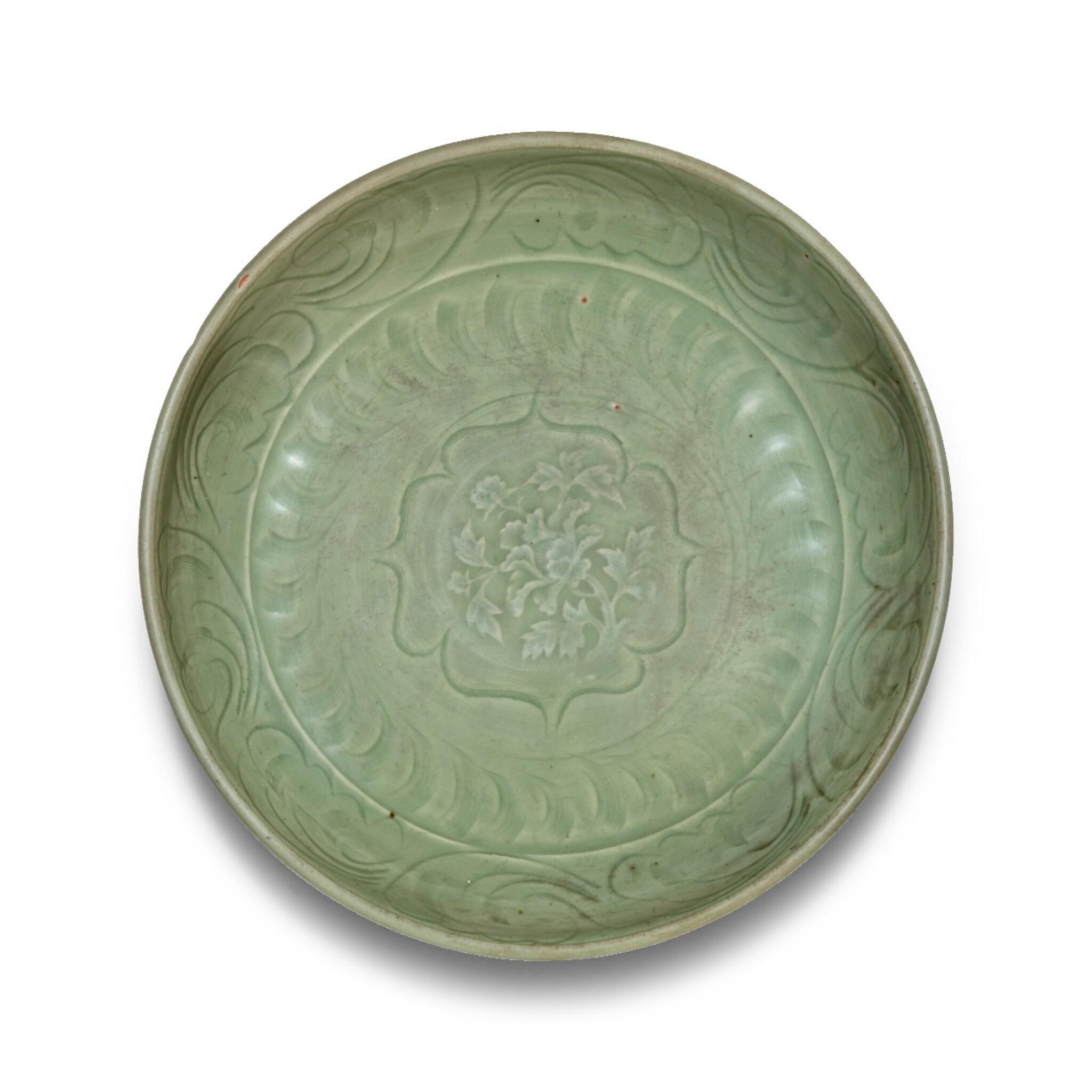 View 1 of Lot 4. Plat en grès céladon Longquan Dynastie Ming | 明 龍泉窰青釉刻花卉紋盤 | A Longquan celadon 'lotus' charger, Ming Dynasty.