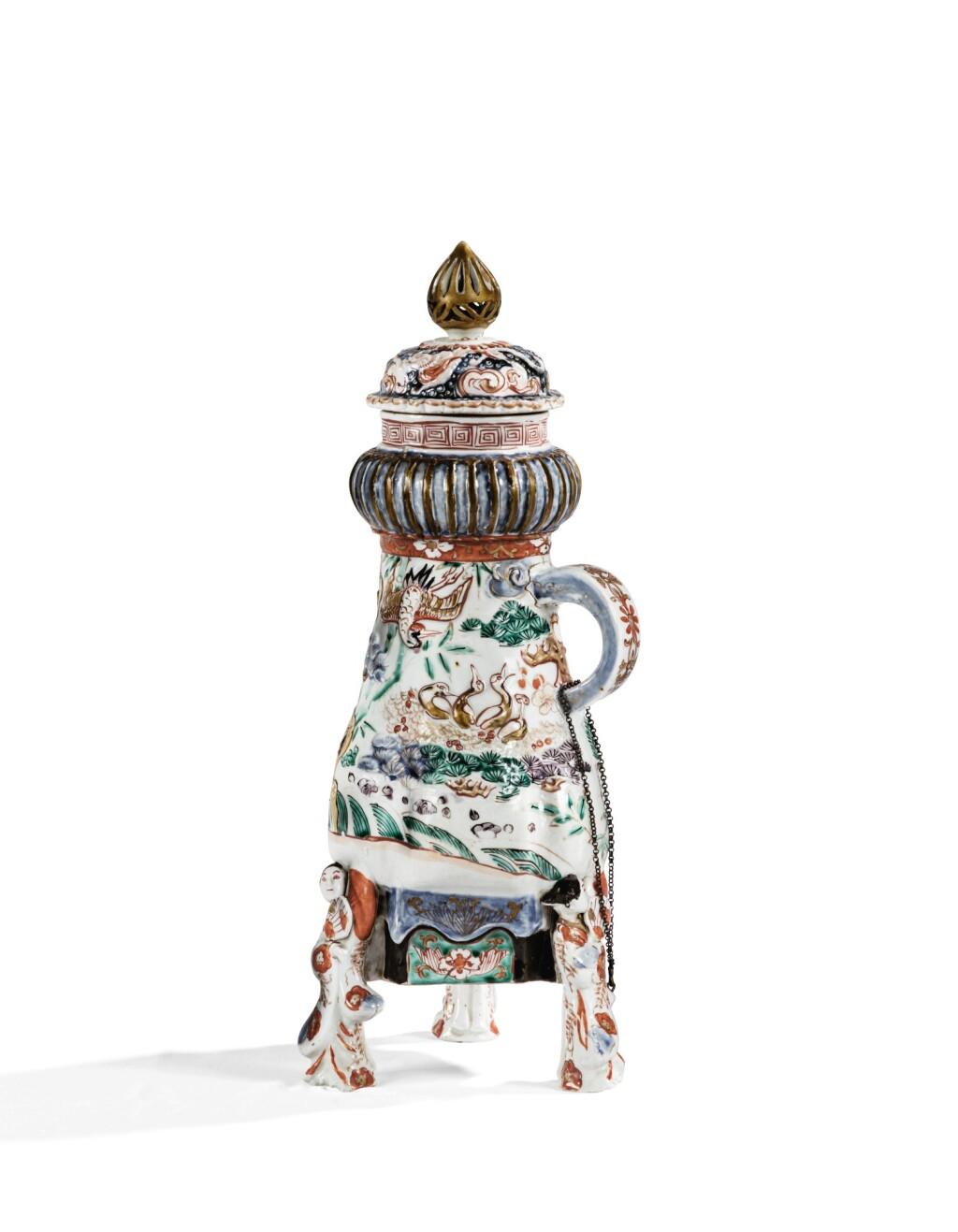 FONTAINE TRIPODE COUVERTE EN PORCELAINE IMARI À DÉCOR MOULÉ JAPON, ÉPOQUE EDO, XVIIE-XVIIIE SIÈCLE | An imari moulded tripod fountain and cover, Japan, Edo period, 17th/18th century