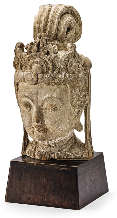 TÊTE DE GUANYIN DE STYLE SONG EN BOIS SCULPTÉ PROBABLEMENT DYNASTIE QING  | 或清 木雕觀音頭像 | A Song-style carved wood head of Guanyin, Probably Qing Dynasty