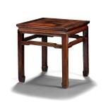 Beau tabouret carré en hongmu Dynastie Qing, XIXE siècle   清十九世紀 紅木束腰馬蹄足方凳   A square hongmu stool, Qing Dynasty, 19th century