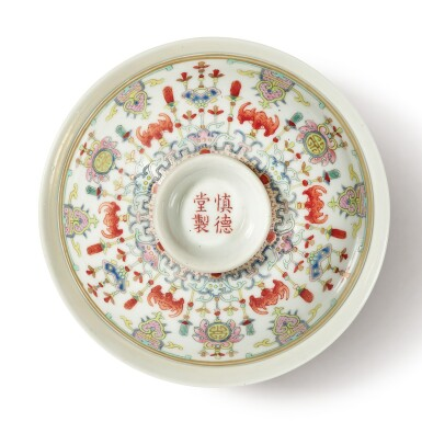 View 5. Thumbnail of Lot 175. A famille-rose 'bats and emblems' bowl and cover, Qing dynasty, Daoguang period | 清道光 粉彩博古圖蓋盌  《慎德堂製》款.