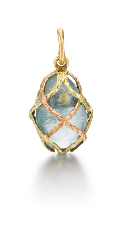 A gold-mounted hardstone egg pendant, late 19th / early 20th century