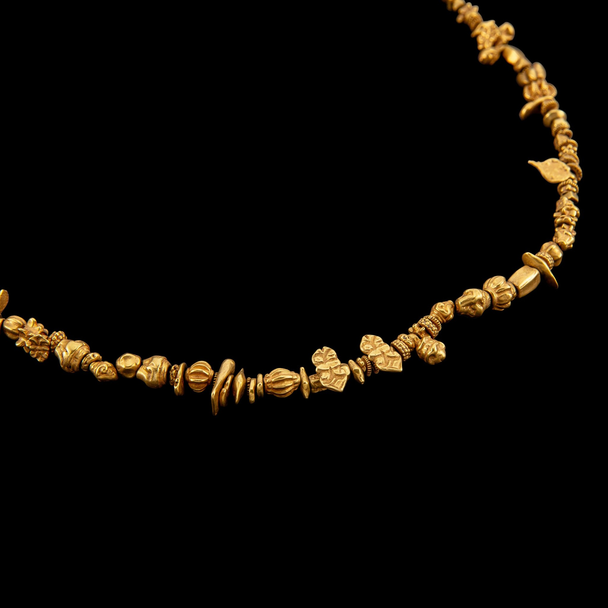 View full screen - View 1 of Lot 1046. A gold necklace with multi-form beads Pyu, 9th - 11th century | 九至十一世紀 驃國 金珠項鏈.