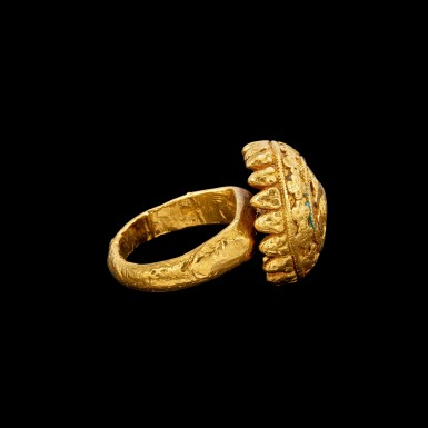 View 2. Thumbnail of Lot 1055. A round gold ring with a convex bezel of Nandi South India, 19th century | 十九世紀 南印度 聖牛南迪紋金戒指.