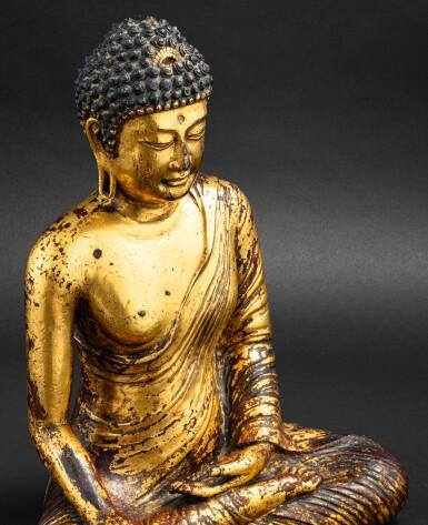 View 6. Thumbnail of Lot 28. Exceptionnelle statue du Bouddha Maravijaya en alliage de cuivre doré Royaume de Dali (937-1253), Province de Yunnan, XIIE siècle | 大理國 十二世紀 鎏金銅合金釋迦牟尼佛坐像 | An exceptional gilt-copper alloy figure of Buddha Maravijaya, Dali Kingdom (937-1253), Yunnan Province, 12th century .