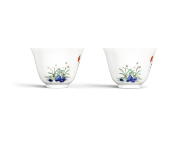 View 2. Thumbnail of Lot 265. A PAIR OF FAMILLE-VERTE 'NARCISSUS' CUPS, LATE QING DYNASTY | 晚清 五彩水仙花紋盃一對.