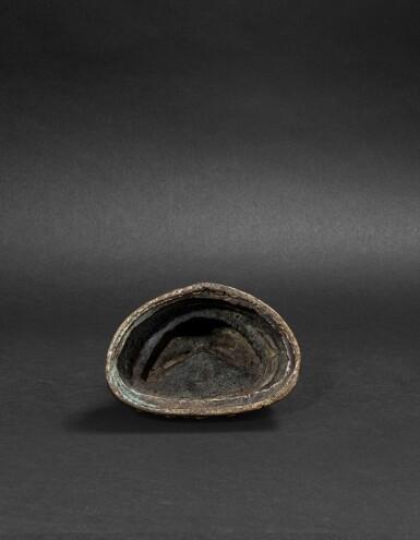 View 4. Thumbnail of Lot 34. Figure de Bhaisajyaguru en bronze doré Fin de la dynastie Ming - début de la dynastie Qing | 明末清初 鎏金銅藥師佛坐像 | A gilt-bronze figure of Bhaisajyaguru, late Ming Dynasty - early Qing.