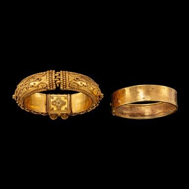 View 4. Thumbnail of Lot 1033. A gold 'pagoda' bracelet South India, 19th century | 十九世紀 南印度 金手鐲一組兩件.