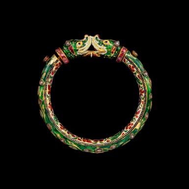 View 3. Thumbnail of Lot 1023. A gem-set and enamelled 'Makara' bracelet, kada Jaipur, North India, 19th century   十九世紀 北印度齋浦爾 金嵌鑽石、紅寶摩羯首手鐲 內飾琺瑯彩穿花孔雀紋.