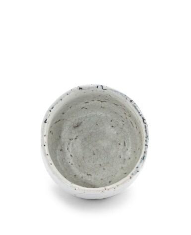 View 2. Thumbnail of Lot 266. Chawan [bol à thé] 'Hagi' en grès émaillé Kyusetsu Miwa XI (1910-2012) | 十一代三輪休雪 白萩茶碗 | A Hagi chawan (tea bowl), by Kyusetsu Miwa XI (1910-2012).