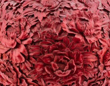 View 4. Thumbnail of Lot 204. Grand vase en porcelaine imitant le laque, tianqiuping XXE siècle | 二十世紀 雕瓷仿漆萬花天球瓶  《大清乾隆年製》仿款 | A finely carved porcelain lacquer-imitation floral vase, tianqiuping, 20th century.