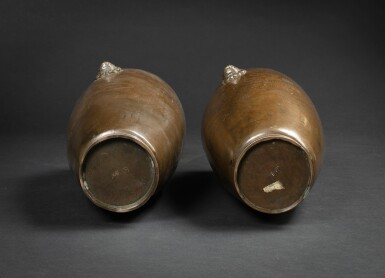View 4. Thumbnail of Lot 122. A extremely rare pair of bronze 'Shisou' ovoid 'dragon' vases Qing dynasty, 17th-18th century | 清十七至十八世紀 銅錯銀龍紋獅首耳瓶一對  《石叟》款.
