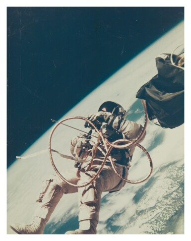 [GEMINI IV] ED WHITE PERFORMS THE FIRST AMERICAN SPACEWALK. VINTAGE COLOR PHOTOGRAPH, 3 JUNE 1965