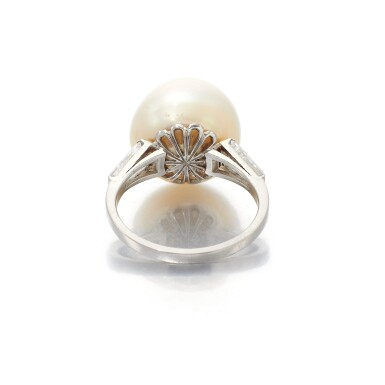 NATURAL PEARL AND DIAMOND RING   (ANELLO CON PERLA NATURALE E DIAMANTI)
