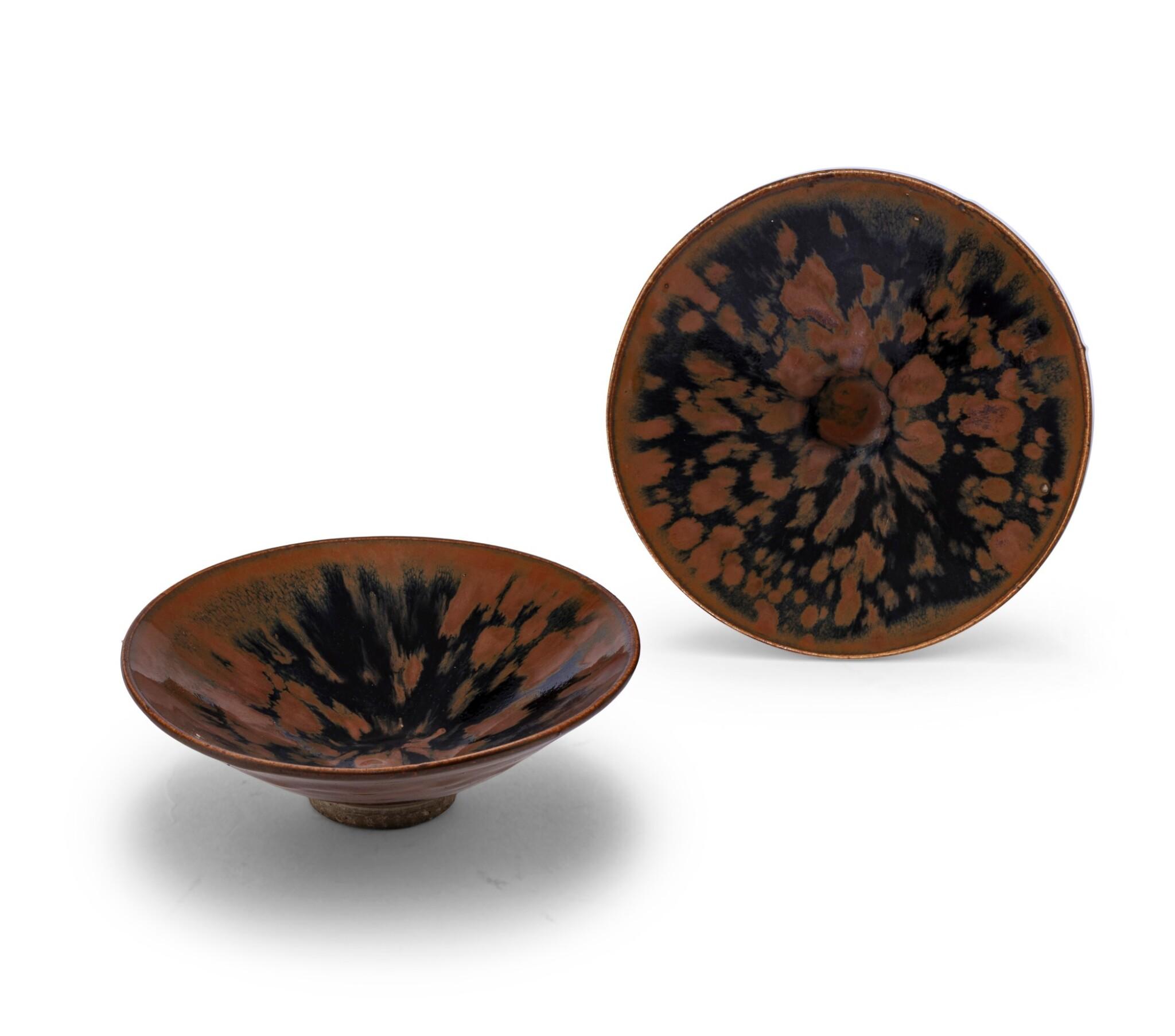 View 1 of Lot 15. Deux bols Cizhou en grès émaillé noir et brun à motif 'plumes de perdrix' Dynastie des Song du Nord - Dynastie Jin | 北宋至金 磁州窰鷓鴣斑笠式盌一組兩件 | Two Cizhou 'partridge feather' russet-splashed black glazed bowls, Northern Song-Jin Dynasty.