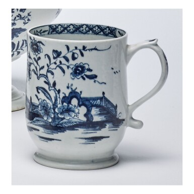 A LOWESTOFT PORCELAIN BLUE AND WHITE BELL-SHAPED MUG CIRCA 1765