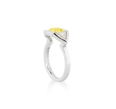 View 2. Thumbnail of Lot 112. BAGUE DIAMANT FANCY VIVID YELLOW ET DIAMANTS | FANCY VIVID YELLOW DIAMOND AND DIAMOND RING.