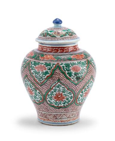 View 2. Thumbnail of Lot 155. Vase couvert en porcelaine wucai XVIIE siècle | 十七世紀 五彩開光花卉紋將軍罐 | A wucai jar and cover, 17th century .
