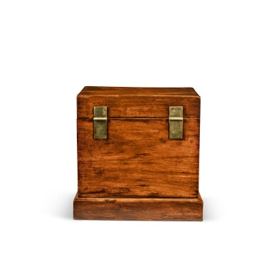 View 5. Thumbnail of Lot 114. A large 'huanghuali' table-top cabinet (Guanpixiang), Qing dynasty, 18th / 19th century | 清十八 / 十九世紀 黃花梨大官皮箱.