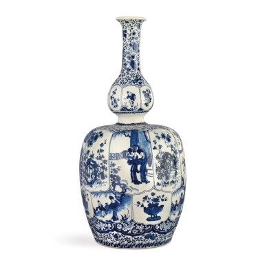 A DUTCH DELFT BLUE AND WHITE BOTTLE VASE, CIRCA 1700