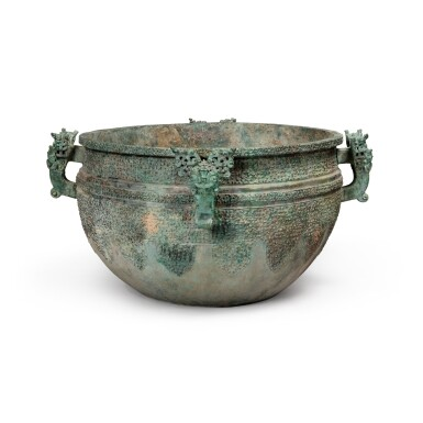 View 4. Thumbnail of Lot 17. A massive archaic bronze water basin (Jian), Eastern Zhou dynasty, late Spring and Autumn period, circa 500 BC   東周 春秋末 約公元前500年 青銅變形龍紋獸首耳鑒.