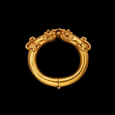View 2. Thumbnail of Lot 1030. A gold 'mythical beast' bangle Possibly Sumatra, Indonesian archipelago, 19th century | 十九世紀 或印尼群島蘇門答臘 雙獸首金鐲.