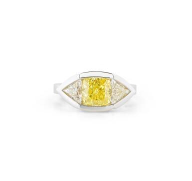 View 1. Thumbnail of Lot 112. BAGUE DIAMANT FANCY VIVID YELLOW ET DIAMANTS | FANCY VIVID YELLOW DIAMOND AND DIAMOND RING.
