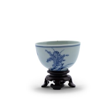 View 2. Thumbnail of Lot 20. Petite coupe en porcelaine bleu blanc Dynastie Qing, époque Kangxi | 清康熙 青花人物故事紋小盃  《大明成化年製》仿款 | A blue and white 'scholar' cup, Qing Dynasty, Kangxi period.