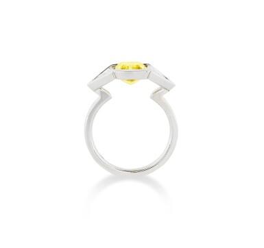 View 3. Thumbnail of Lot 112. BAGUE DIAMANT FANCY VIVID YELLOW ET DIAMANTS | FANCY VIVID YELLOW DIAMOND AND DIAMOND RING.