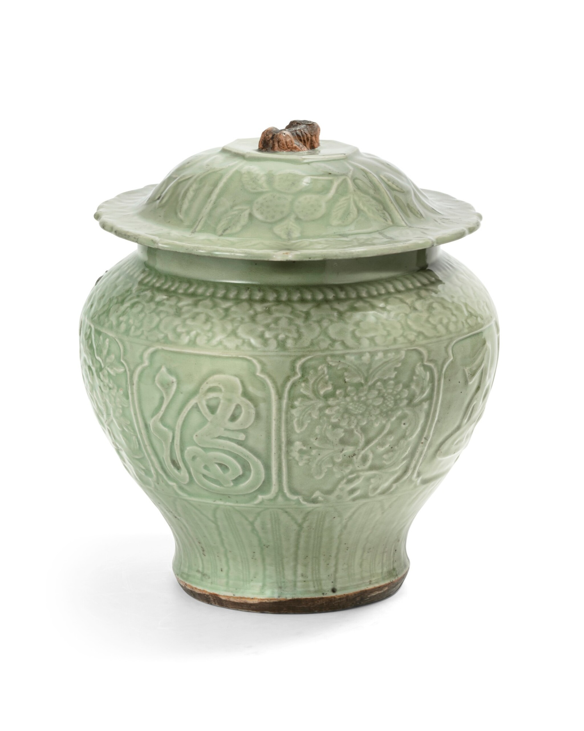 View full screen - View 1 of Lot 55. A large longquan celadon auspicious jar and cover Yuan-early Ming dynasties, 14th-15th century | 元至明早期 十四至十五世紀 龍泉窰青釉金玉滿堂蓋罐.