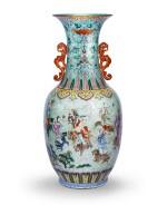 """Rare grand vase en porcelaine de la Famille Rose """"aux huit immortels"""" Dynastie Qing, XVIIIE-XIXE siècle   清十八至十九世紀 松綠地粉彩八仙過海圖雙螭龍耳大瓶   A rare large Famille-Rose 'Eight Immortals' vase, Qing Dynasty, 18th-19th century"""
