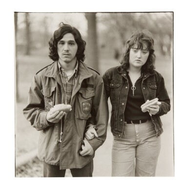 DIANE ARBUS | A YOUNG MAN AND HIS GIRLFRIEND WITH HOT DOGS IN THE PARK, NYC