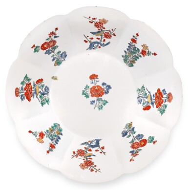A PAIR OF KAKIEMON DISHES, EDO PERIOD, LATE 17TH CENTURY