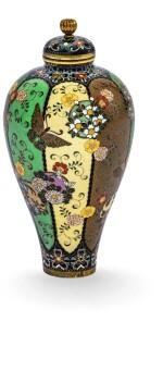 PETIT VASE COUVERT EN ÉMAUX CLOISONNÉS , ATELIER DE NAMIKAWA YASUYUKI (1845-1927) JAPON, FIN DU XIXE SIÈCLE  | 日本 十九世紀末 並河靖之(1845-1927年)作坊製掐絲琺瑯蓋瓶   《京都並河》款 |A small cloisonné enamel vase with cover, workshop of Namikawa Yasuyuki (1845-1927), Japan, late 19th century, signed Kyoto Namikawa