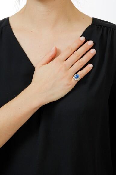 View 4. Thumbnail of Lot 7. BAGUE SAPHIR ET DIAMANTS  | SAPPHIRE AND DIAMOND RING .