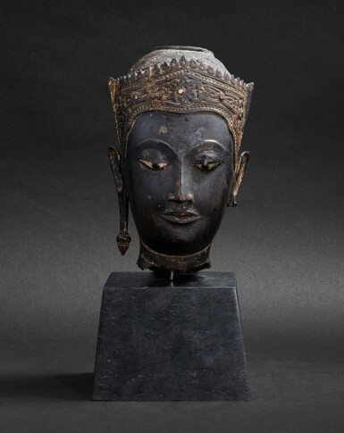 View 2. Thumbnail of Lot 98. Tête en bronze doré Thaïlande, style Ayutthaya, XVIE-XVIIE siècle | 暹邏 十六至十七世紀 銅阿瑜陀耶式佛首 | A gilt-bronze head, Thailand, Ayutthaya style, 16th-17th century.