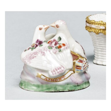 A CHELSEA PORCELAIN BONBONNIERE IN THE FORM OF BILLING DOVES, CIRCA 1760