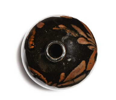 View 4. Thumbnail of Lot 106. A russet-painted black-glazed vase, Northern Song / Jin dynasty   北宋 / 金 黑釉鐵鏽花紋小口瓶.