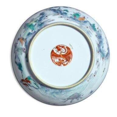 View 4. Thumbnail of Lot 146. A fine and rare doucai 'immortals' dish, Qing dynasty, Kangxi / Yongzheng period | 清康熙 / 雍正 鬥彩壽老觀卷圖盤.