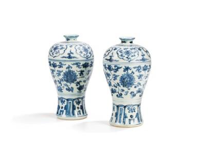 PAIRE DE VASES EN PORCELAINE BLEU BLANC DYNASTIE MING, XVIE SIÈCLE |  明十六世紀 青花纏枝蓮紋梅瓶一對 | A pair of blue and white vases, meiping, Ming Dynasty, 16th century