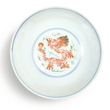 View 5. Thumbnail of Lot 174. A wucai 'dragon and phoenix' bowl, Qianlong seal mark and period | 清乾隆 五彩龍鳳呈祥紋盌  《大清乾隆年製》款.